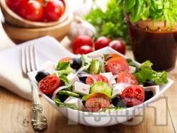 Зелена салата с чери домати, сирене, маслини и лук - снимка на рецептата
